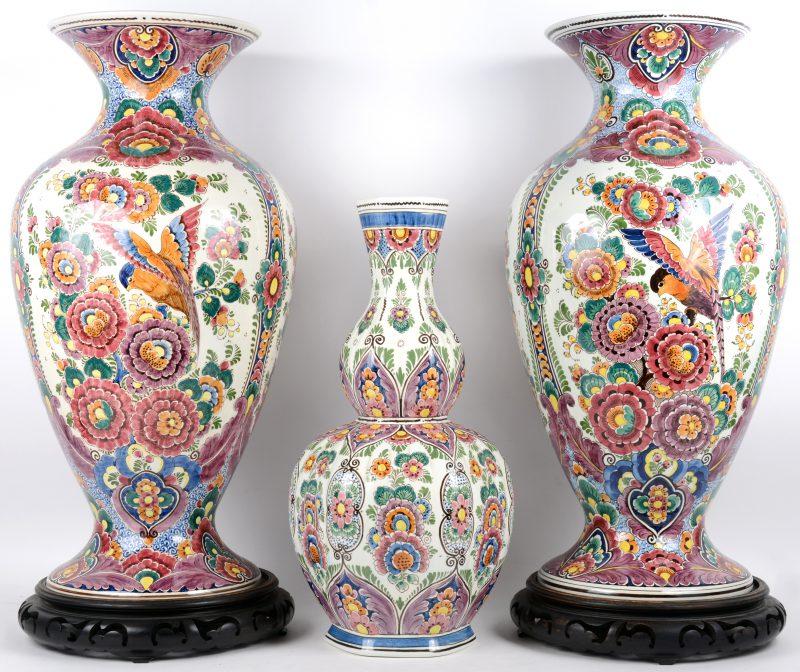 Een paar balustervazen van polychroom Delfts aardewerk met een decor van bloemen en vogels. Onderaan gemerkt. We voegen er een Delftse kalebasvaas aan toe.