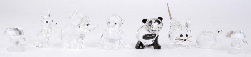 Een lot diertjes van geslepen kristal, bestaande uit een panda, een chimpansee, een vos, een muis, een slak en een olifant. We voegen er twee paddenstoeltjes aan toe.