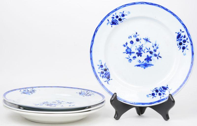 """Vier aardewerken borden met """"décor à la mouche"""". Mogelijk Doornik XIXde eeuw."""