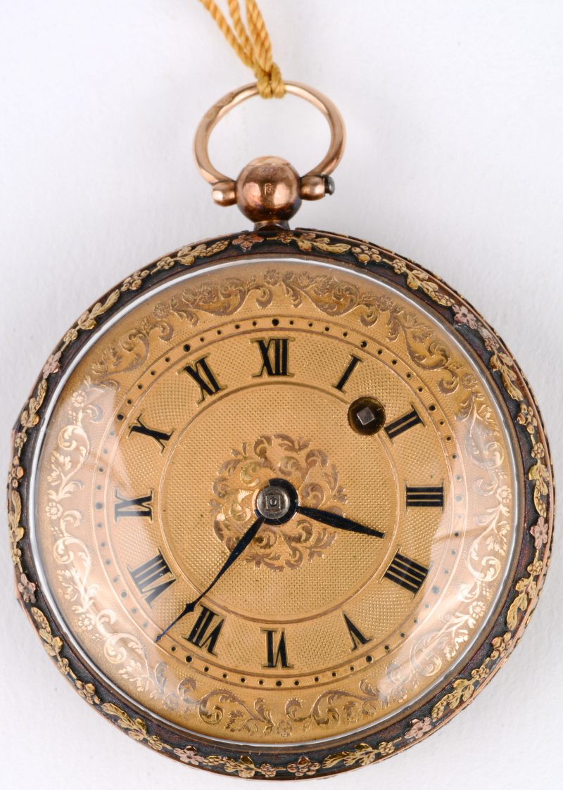 Een twee kleuren 18 karaats gouden sleutelzakhorloge met  gedreven bloemen versierd. In origineel etui.
