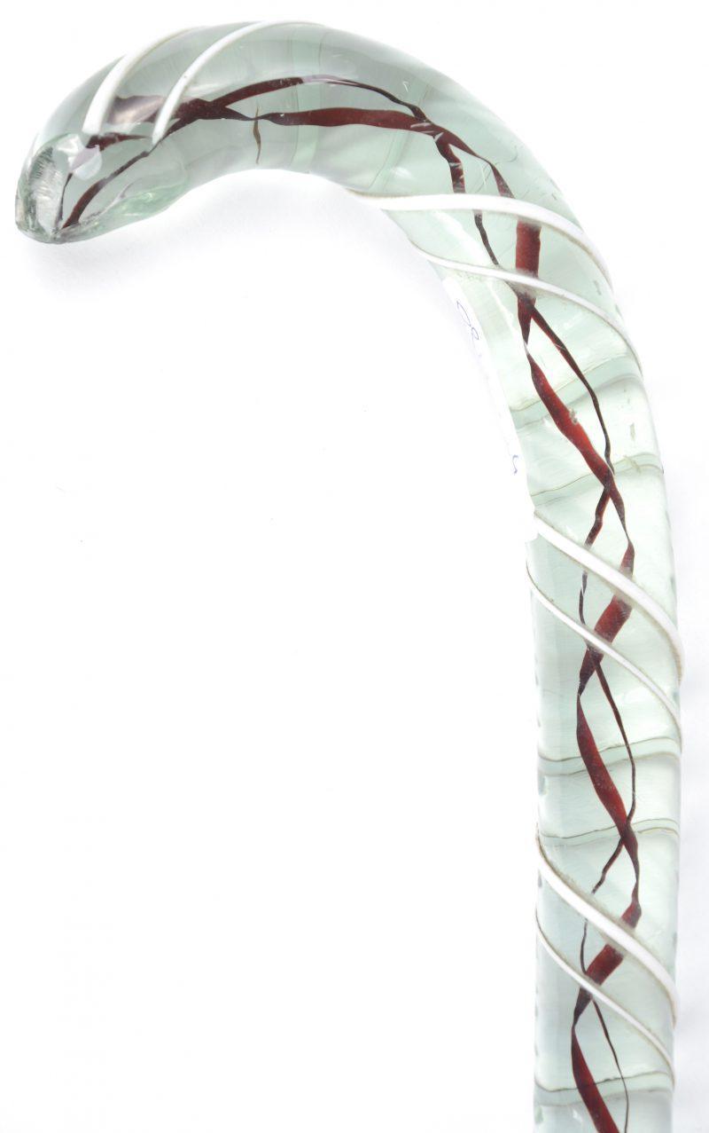 Een Italiaans glazen lotelingenstok met rode en grijze lijnen binnenin en witte opliggende lijn rondom getorst. Omstreeks 1900. Schilfers afgebroken aan het handvat.