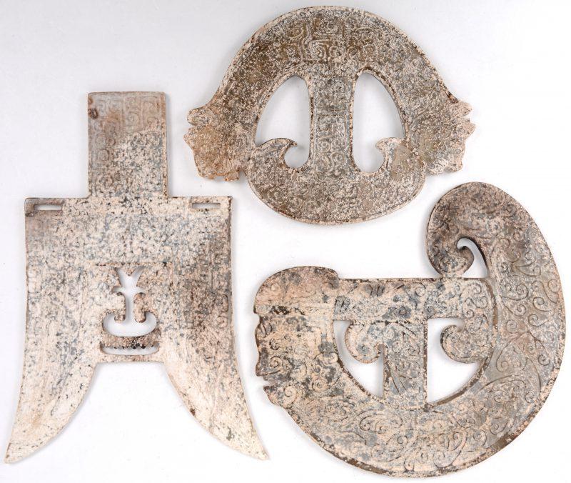 Een reeks van drie verschillende Chinese ceremoniële plaquettes van steen.
