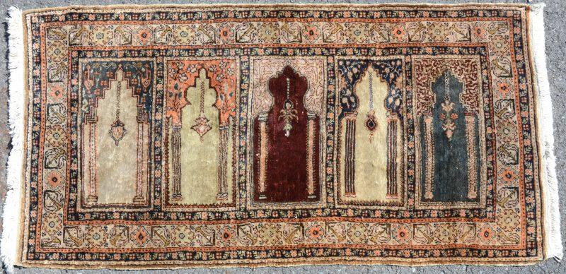 Een Turks kleedje met vijf mirhabs.