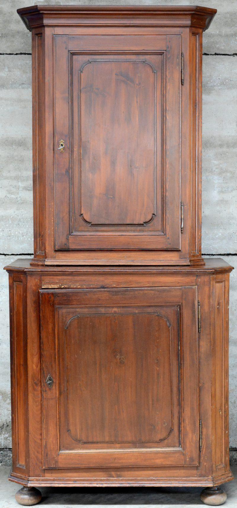 Een tweeledig meubel met twee paneeldeuren.