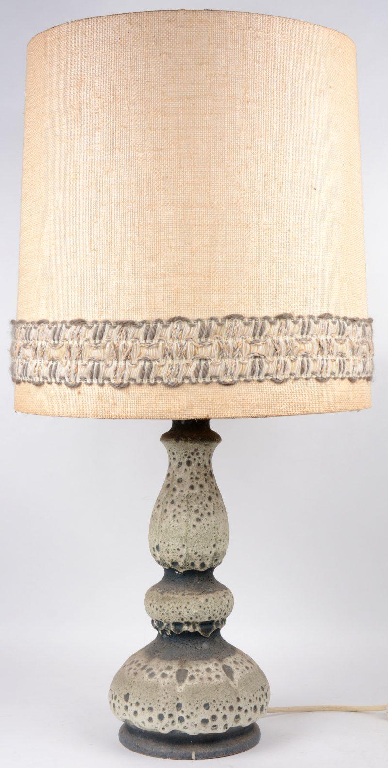 Een vintage lamp van steengoed. West-Duitsland. Jaren '60.