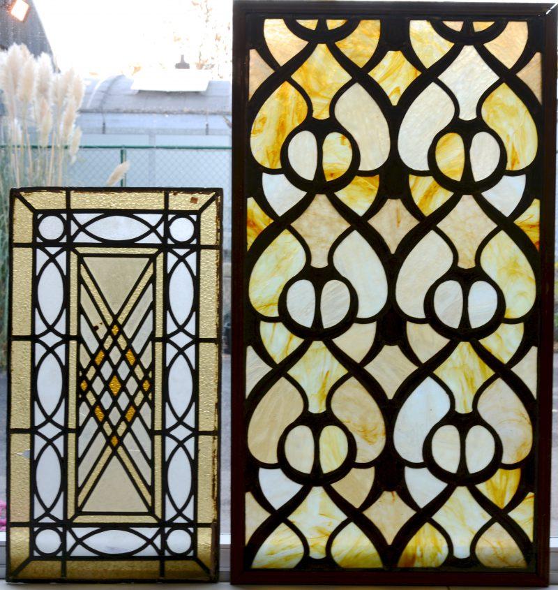 Twee verschillende glas-in-loodramen van omstreeks 1900.