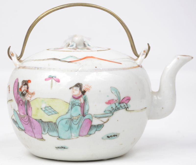 Theepotje van Chinees porselein versierd met een hofscène met talrijke personages. Kleine schilfer aan de tuit.