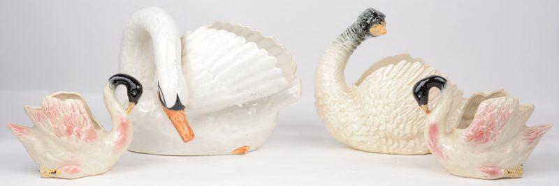 Een lot sierjardinières van deels gepolychromeerd aardewerk in de vorm van zwanen, waarbij de grootste van Nimy.