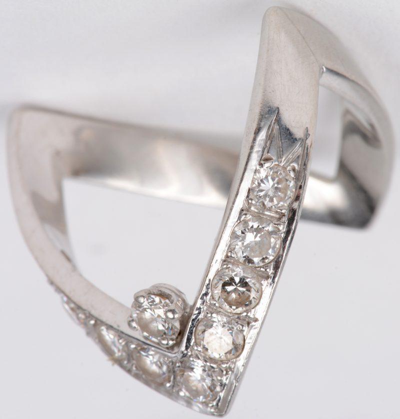 Een 18 karaats wit gouden ring bezet met briljanten met een gezamenlijk gewicht van ± 1 ct.