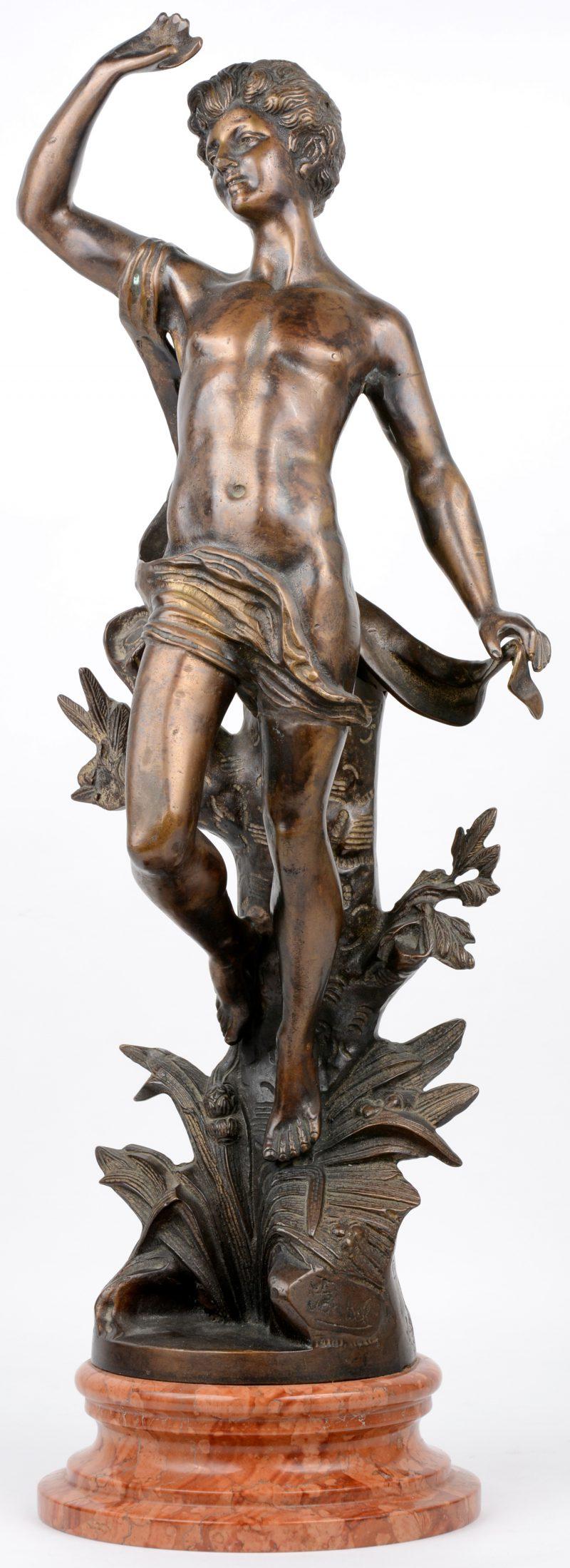 """""""Apollo"""". Een bronzen beeld op rood marmeren sokkel."""