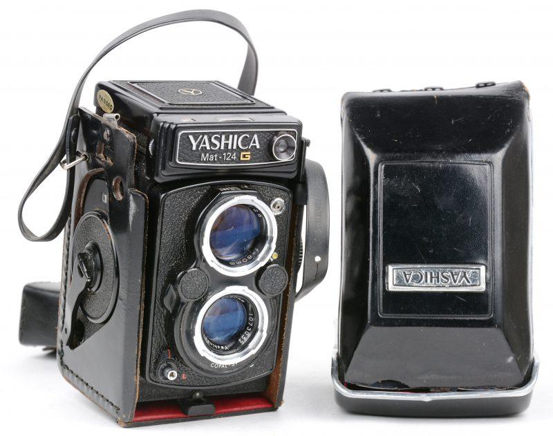 Een oude camera, model Mat 124 G. In lederen etui. Goede staat.