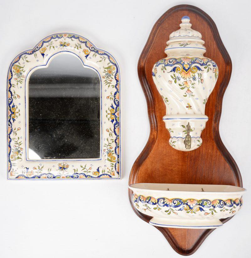Een spiegeltje en een wandfontein van meerkleurig aardewerk van Rouen.
