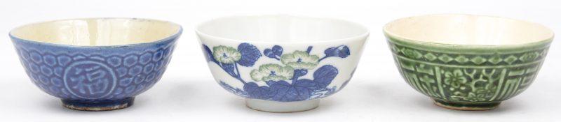 Drie Chinese waterkommetjes, waarbij twee van aardewerk, respectievelijk groen en blauw geglazuurd en één van porselein met een bloemendecor.