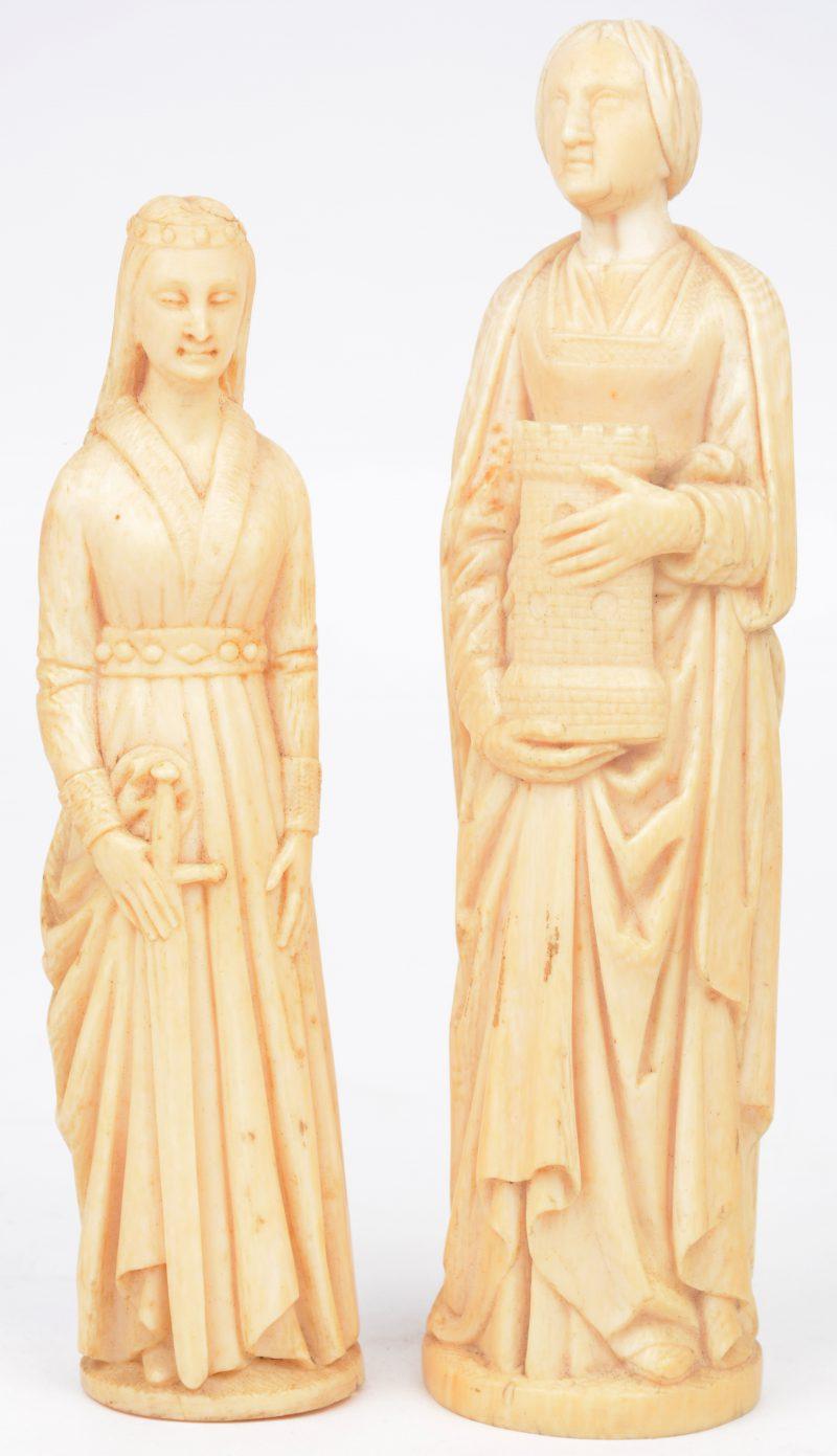 Twee ivoren beeldjes, vermoedelijk van de heilige Barbara van Nicomedië. Afgebeeld met een burchttoren met drie vensters en met een zwaard. Onderaan gemonogrammeerd.