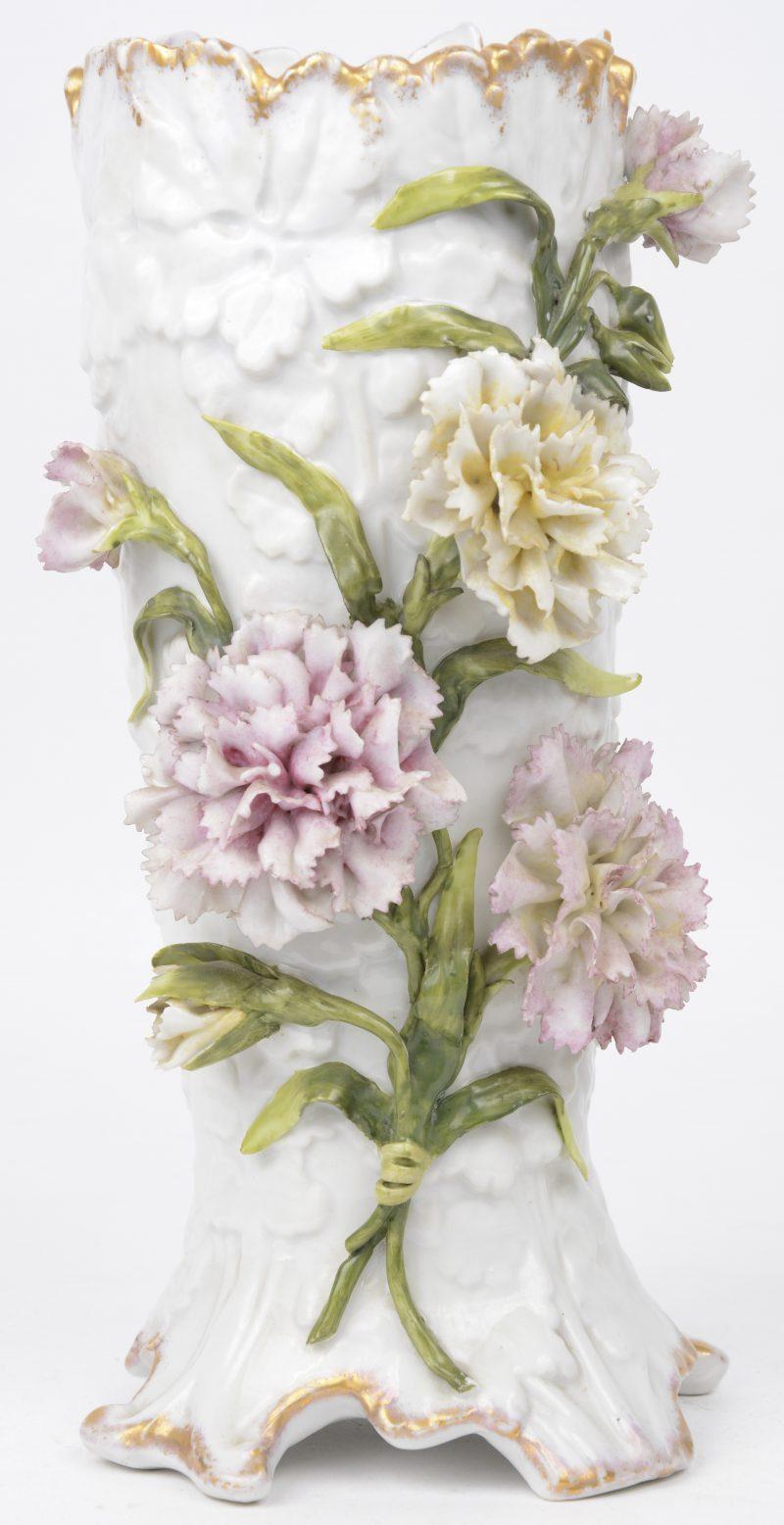 Een siervaas van meerkleurig en verguld porselein, versierd met bloemen in hoogreliëf. Onderaan gemerkt.