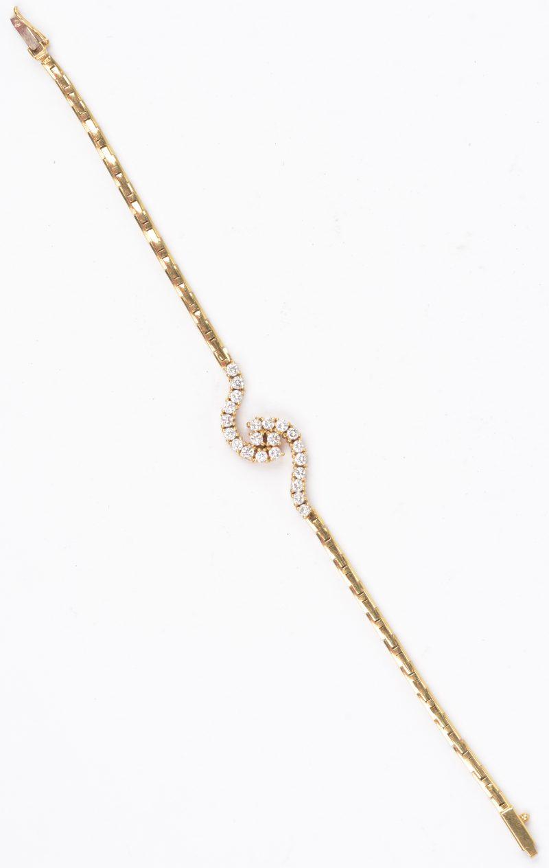 Een 18 karaats geel gouden armband bezet met briljanten met een gezamenlijk gewicht van ± 1,50 ct.