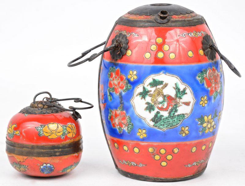 Twee pijpen van meerkleurig Chinees porselein met koperen monturen, versierd met een decor van bloemen en vogels.