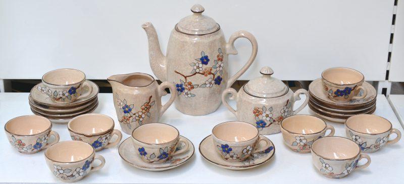 Een 12 delig koffieservies van aardewerk met bloemendecor.