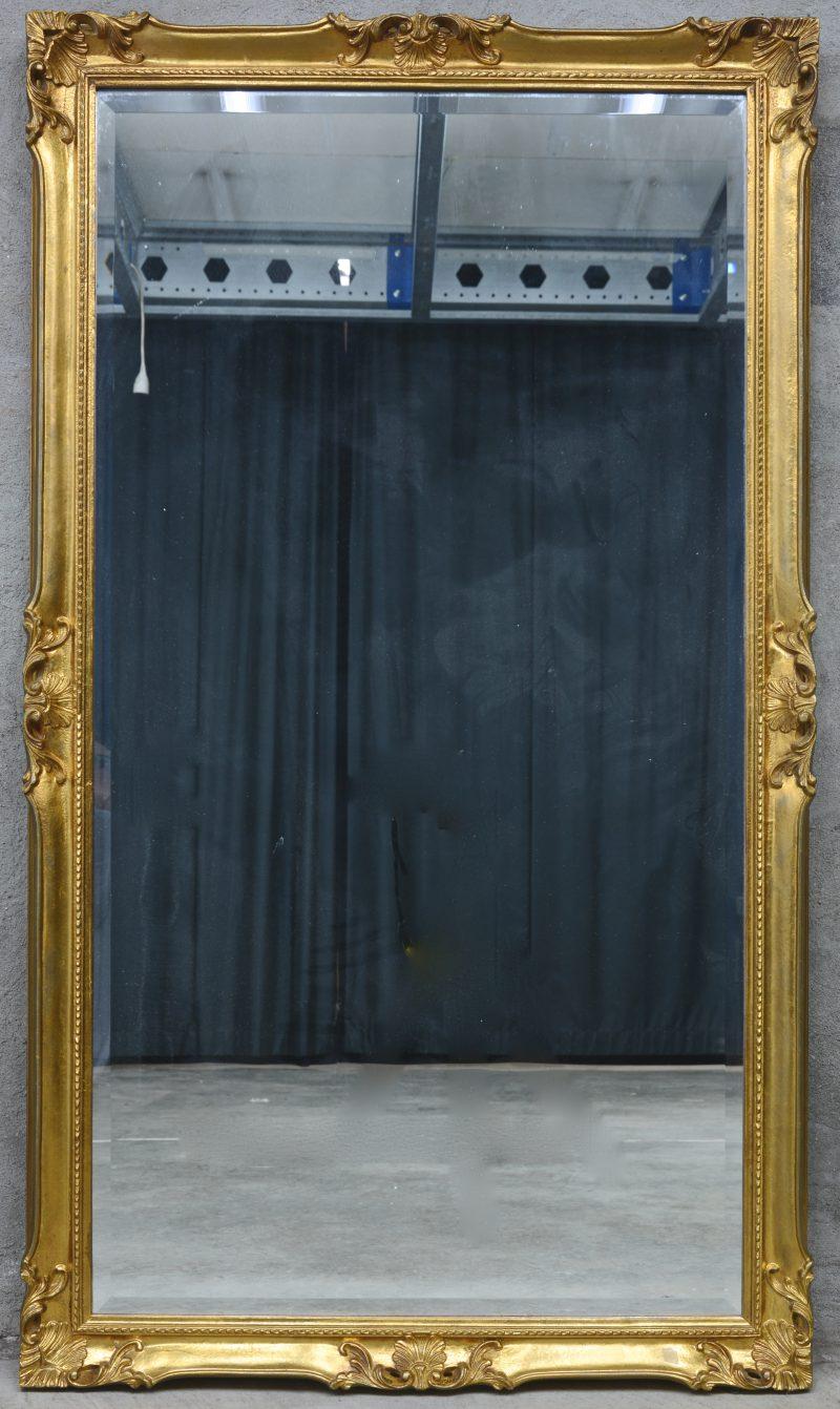 Een grote rechthoekige spiegel in verguld houten lijst.