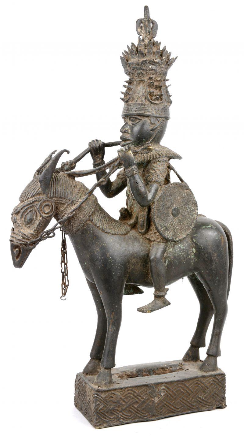 Een bronzen ruitersbeeld van prins Benin. Verloren wastechniek.