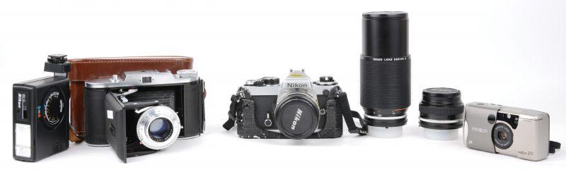 Lot analoog fotomateriaal met o.m. een Voigtländer Bessa, een Nikon met diverse lenzen, een Minolta Vectis e.a.