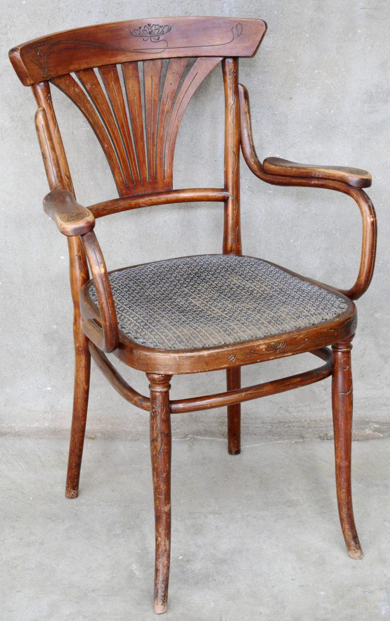 Een met stoom gebogen armstoel. Tijdperk art nouveau.