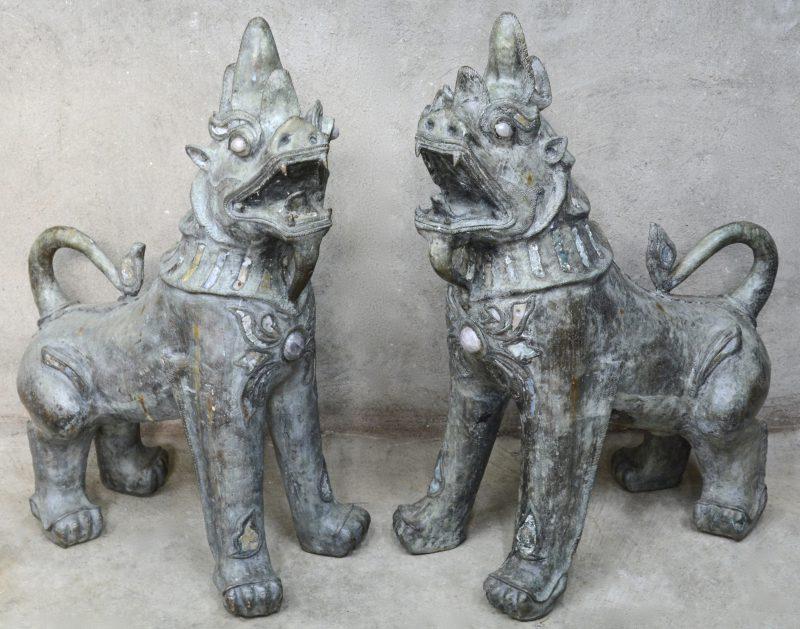Een paar bronzen tempelleeuwen.