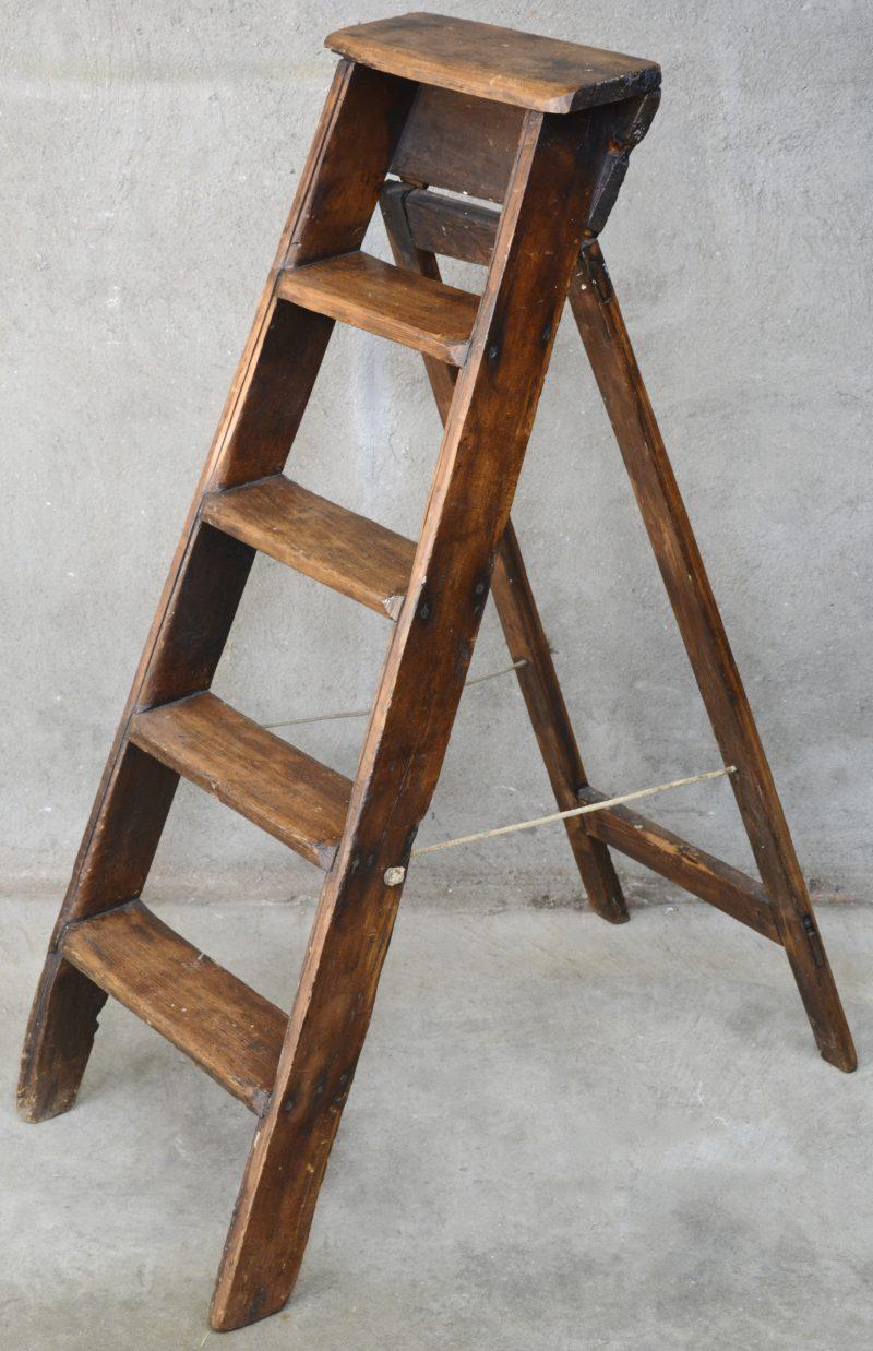 Een oud houten klapladdertje. Omstreeks 1900.