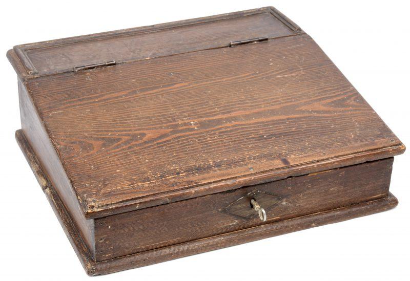 Een sobere houten scribaan.