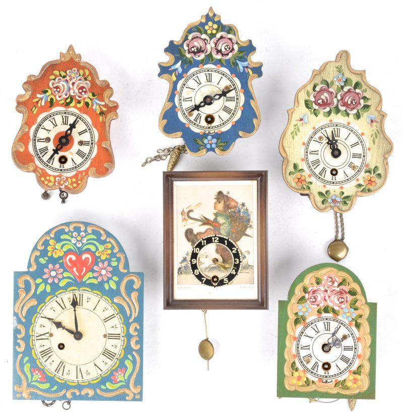 Een lot kleine klokjes, waarbij vijf met handbeschilderde houten wijzerplaten en één klokje met een decor van M. I. Hummel. Enkele slingertjes en sleuteltjes manco.