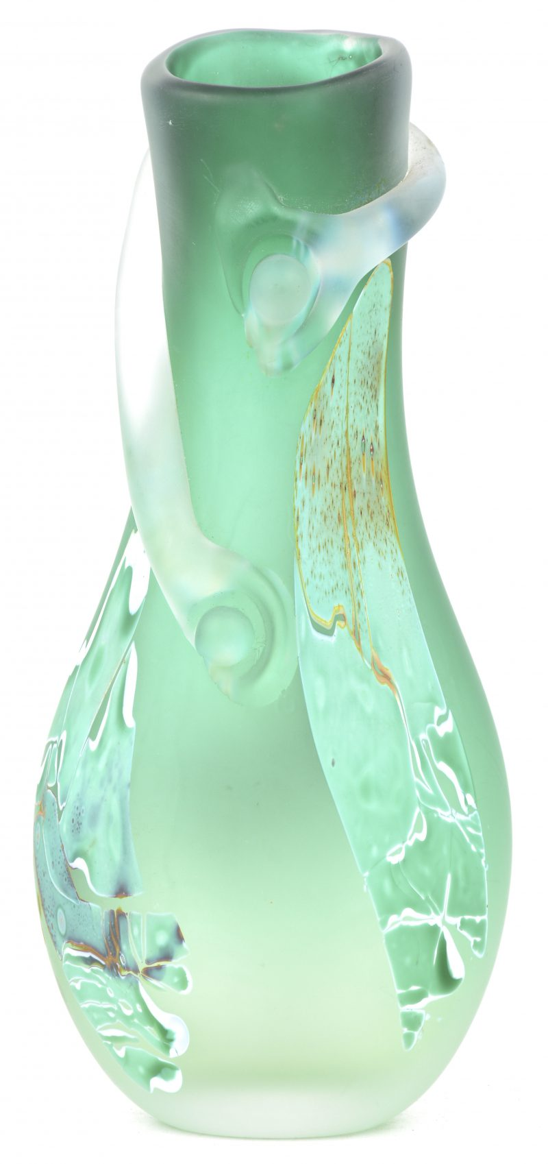 Een vaas van glaspasta. Getekend 'L. Leloup 99' onderaan.
