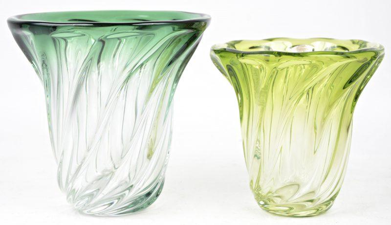 Twee geribde kristallen vaasjes, waarbij één groen en het andere geelgroen gekleurd in de massa. Beide gemerkt.