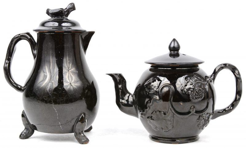 Een theepotje en een koffiepotje van Naams aardewerk.