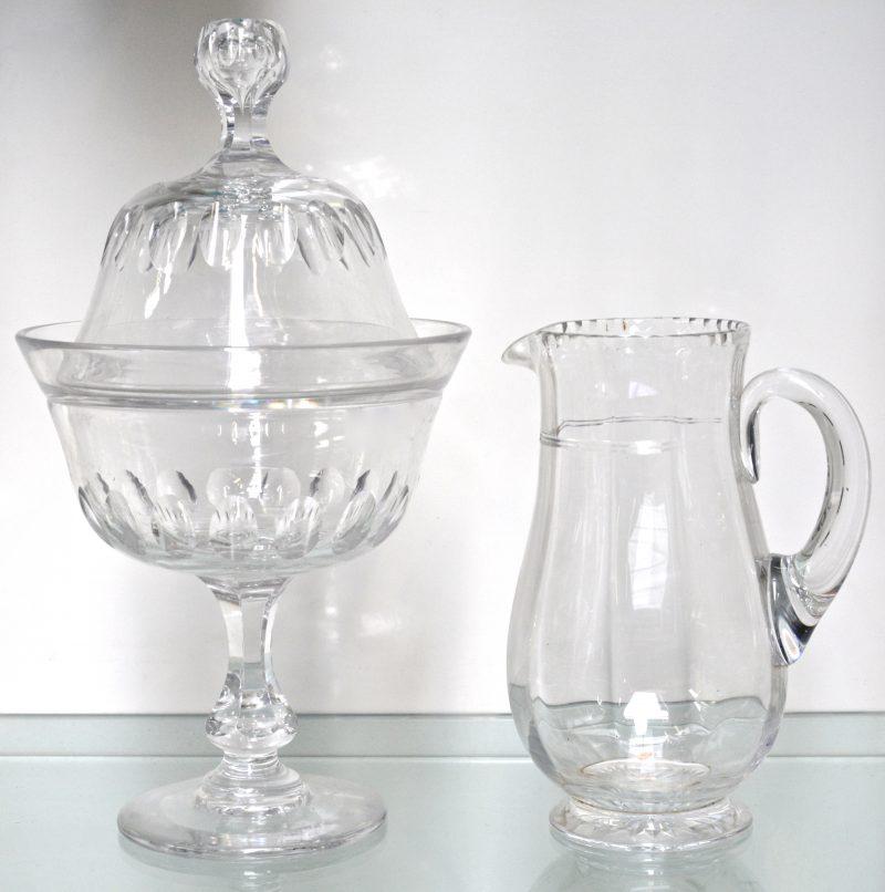Twee stuks antiek geslepen glaswerk, bestaande uit een drageoir en een schenkkan.
