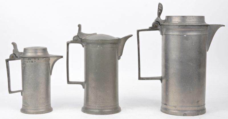 Een lot van drie tinnen maatkannen, resp. van 0,5, 1 en 1,5 liter. XIXe eeuw.