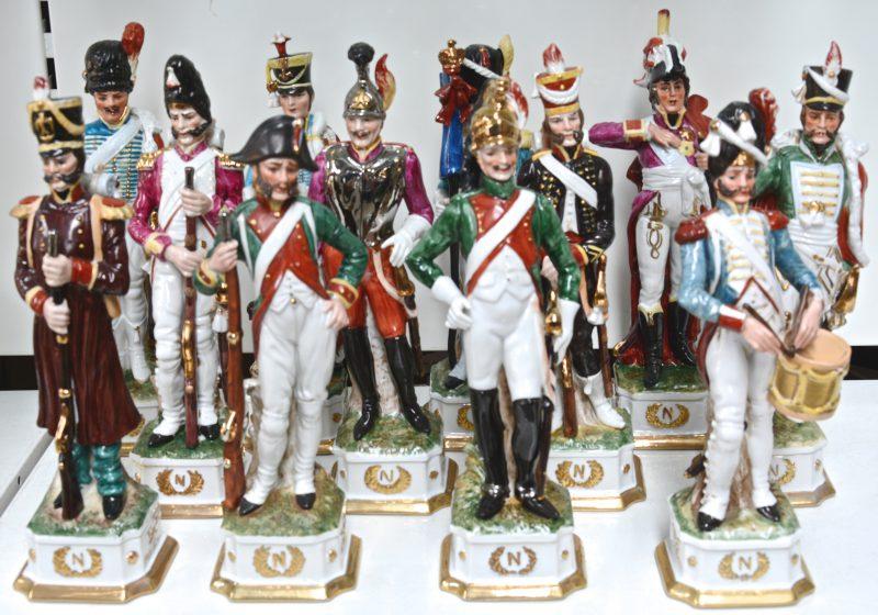 Een reeks van twaalf Napoleontische officiers en soldaten van meerkleurig en verguld porselein. Onderaan gemerkt 'CVD' in een vogeltje.