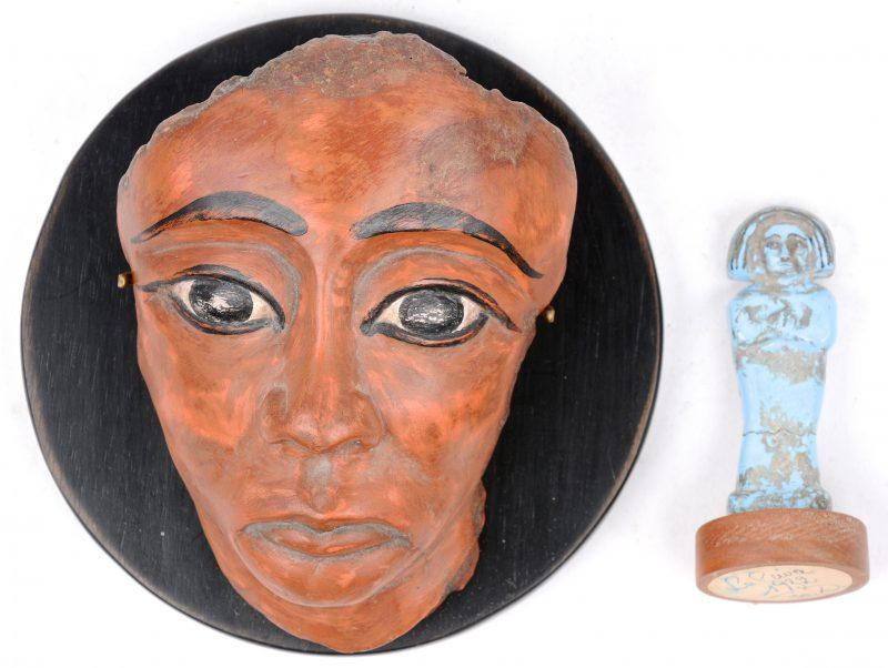Twee souvenirs uit Caïro, bestaande uit replica's van een dodenmasker en een kleine Ushepti (grafbeeldje). Begin jaren '30.