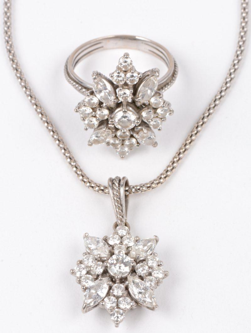 Een 18 karaats wit gouden ketting met bloemvormige hanger en bijpassende ring bezet met diamanten en markiezen met een gezamenlijk gewicht van ± 6 ct.