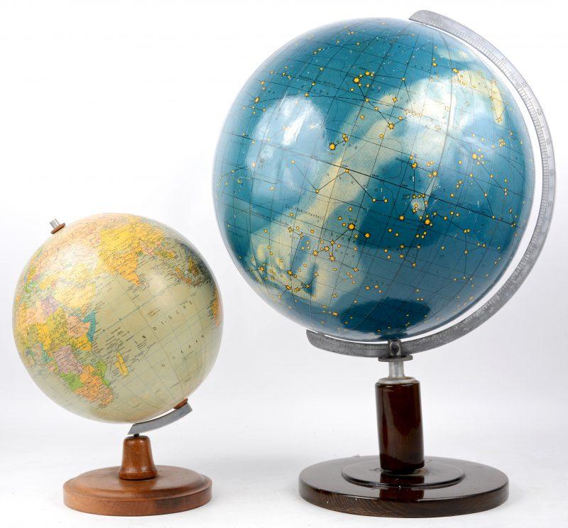 Een kleine wereldbol en een hemelbol met sterrenbeelden.