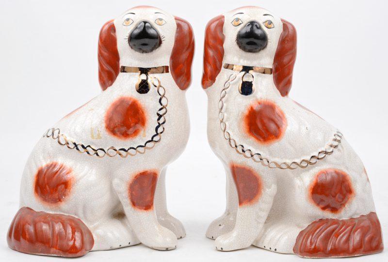 Een paar hondjes van meerkleurig aardewerk van Staffordshire.
