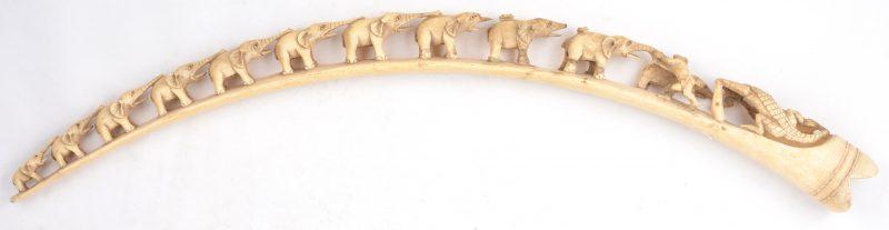 Een gesculpteerde Afrikaanse slagtand in de vorm van een rij olifantjes. Enkele beschadigingen. XIXe eeuw.