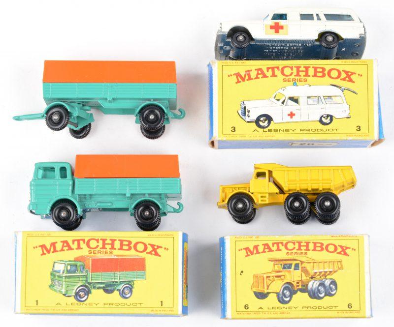 Drie speelgoedautootjes in originele doosjes:- Mercedes truck. Met aanhangwagen.- Mercedes Benz ambulance.- Euclid quarry truck.