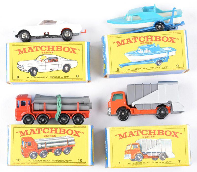 Vier speelgoedautootjes in originele doosjes:- Ford refuse truck.- Ford Mustang.- Motorboot op aanhangwagen.- Pipe truck.
