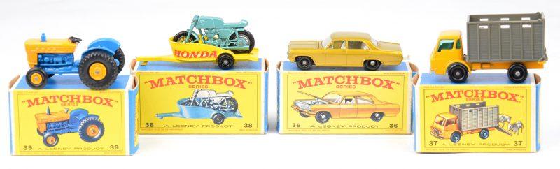 Vier speelgoedautootjes in originele doosjes:- Opel Diplomat.- Dodge beestenwagen.- Honda motorfiets op aanhangwagen.- Ford tractor.
