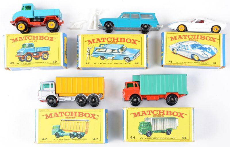 Vijf speelgoedautootjes in originele doosjes:- Ford GT Racer.- Studebaker Station Wagon.- GMC Koelwagen.- DAF kiepwagen.- Unimog.
