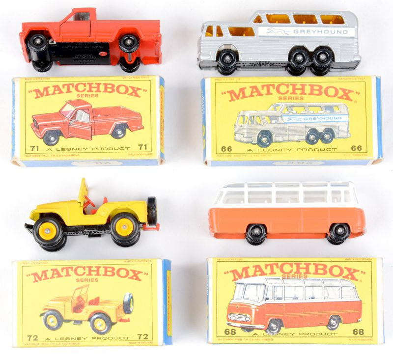 Vier speelgoedautootjes in originele doosjes:- Greyhound reisbus.- Mercedes bus. - Jeep Pick-up.- Standard Jeep.