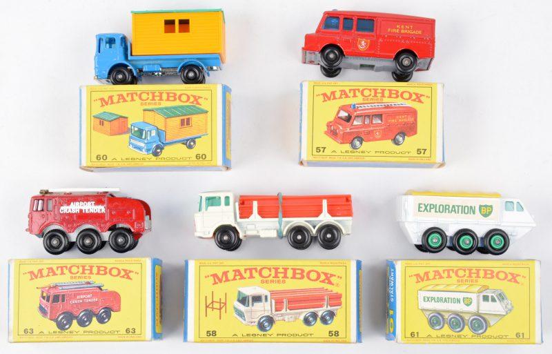 Vijf speelgoedautootjes in originele doosjes:- Land Rover brandweerwagen.- DAF vrachtwagen met lading stalen peilers.- Vrachtwagen met werfkantoor.- Alvis Stalwart.- Fire crash tender.