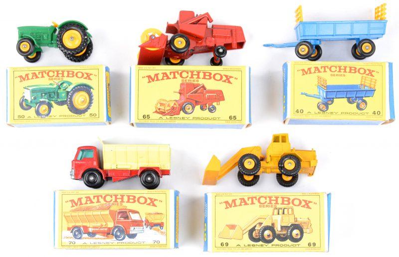 Vijf speelgoedautootjes in originele doosjes:- Hooiwagen.- John Deere - Lanz tractor.- Claas maaidorser .- Hatra bulldozer.- Grindwagen.
