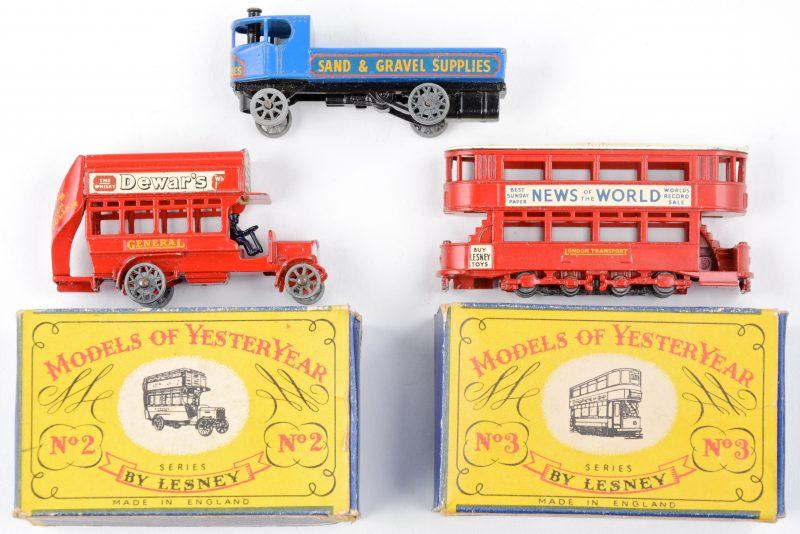 """Drie speelgoedautootjes uit de serie """"Models of yesteryear"""":- B type bus.- E class tramcar- Sentinel steam wagon.De eerste twee in originele doosjes."""