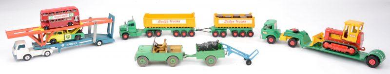 Een lot speelgoedautootjes zonder doosjes:- Matchbox - Routemaster bus.- Matchbox - Dodge wreck truck.- Matchbox King Size - Case tractor.- Matchbox King Size - Ford tractor met trailer.- Matchbox King Size - Dodge tractor met Fruehauf tractor.- Matchbox King Size - Fruehauf tipper met vijf vaten.- Husky Toys - Ford D-series tractor met Hoynor Mk. II car transporter.- Dinky toys - Land Rover met aanhangwagen.